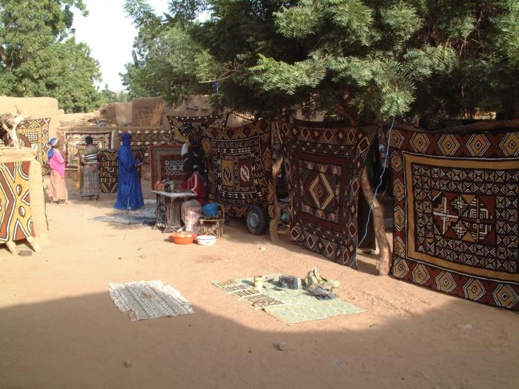 Bogolan_cloth_in_market_of_Endé,_Mali